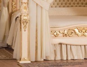 Разкошното легло в спалнята