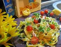 Фетучини с риба тон, чери доматчета и маслини