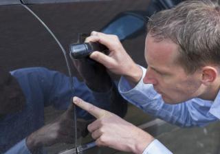Как да поправим повредена боя по автомобила от камъчета