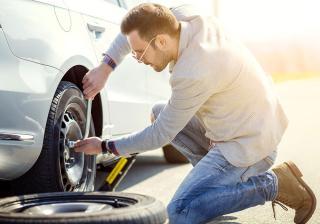 Как да сменим спукана гума