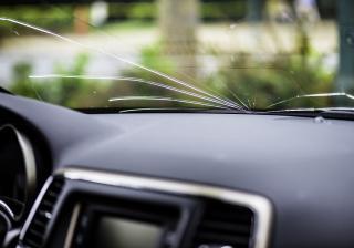Как да поправим спукано предно стъкло на кола